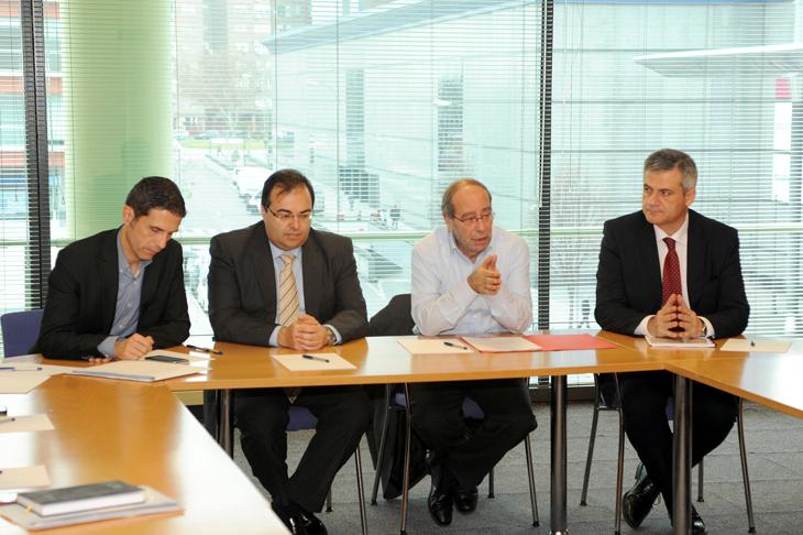 Alcaldes madrile os piden mayores ayudas para sus oficinas for Oficinas caja laboral madrid